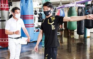 井上さん(左)から指導を受ける中谷選手=3日