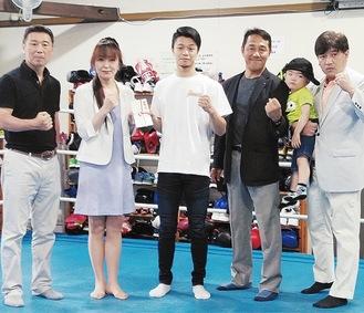 寄付金を受け取る中谷選手(中央)と、左から同ジムの村野健オーナー、同RCの村上さん、沼尾会長、福原幹事