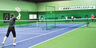 「密」回避しながらラリーを楽しむプレーヤー=相模原インドアテニススクール