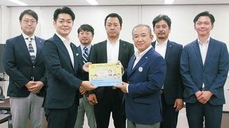 本村市長(前列右)へ絵本を寄贈する染谷会長と相模原YEGメンバー=6日