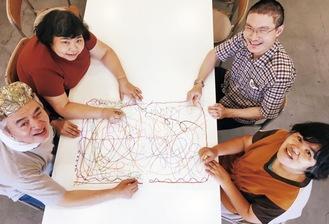 1枚の紙に、自由に線を描いて作品を作る様子