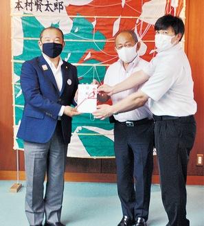 左から本村相模原市長、大川会長、川島幹事長=14日、相模原市役所
