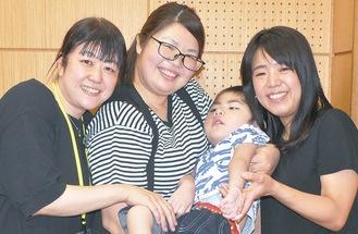 会のメンバーの加部和恵さん(35)の次男で医ケア児である大智(だいち)くん(4)を笑顔で囲む渡辺さん(左)と廣井さん=7月9日