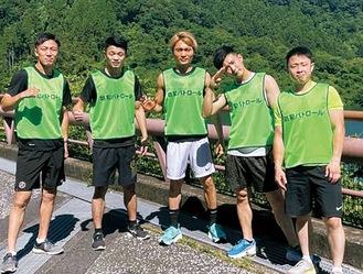 防犯ビブスを着て練習に励むM.Tボクシングジムの選手たち。中谷選手は左から2人目=提供:同ジム