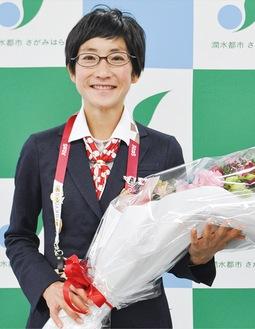 日本選手団のブレザーを着用する青山さん