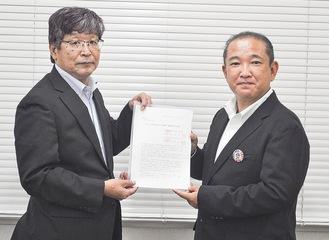 提言書を本村市長に提出する吉坂会長(左)=8日