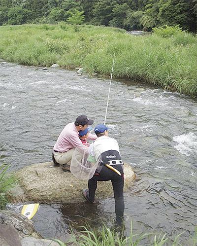 親子で川遊び