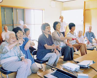 ゲーム機を使って高齢者が交流