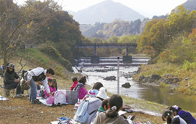 秋の道志川をスケッチ