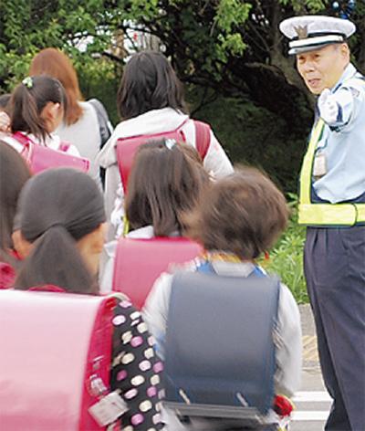 児童の通学路に警備員