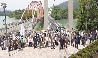住民待望の歩道橋完成
