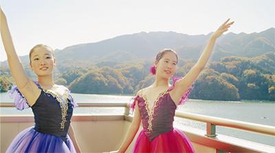 湖上で「バレエ公演」