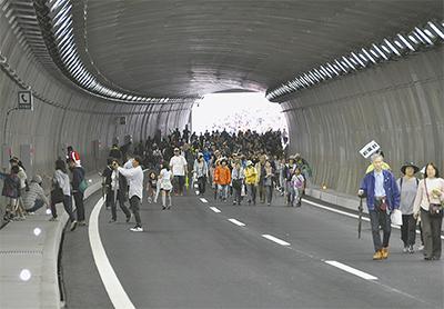 1500人が圏央道を見学
