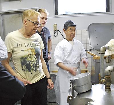 豆腐づくりに興味津々