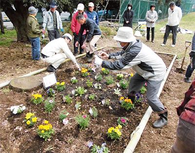 花壇づくりで高齢者交流