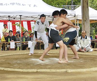 伝統の子ども相撲に喝采