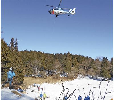 雪山でヘリ救助訓練