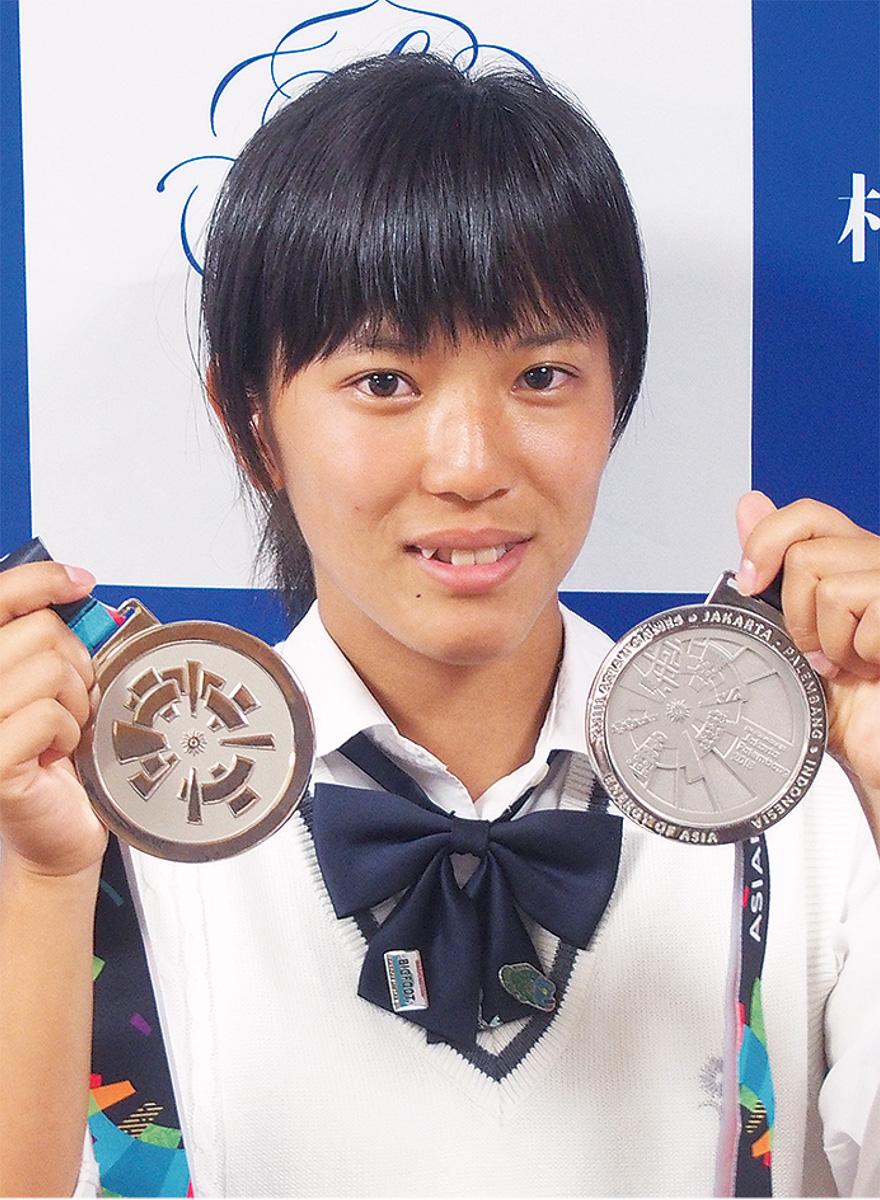 メダル胸に笑顔で帰国