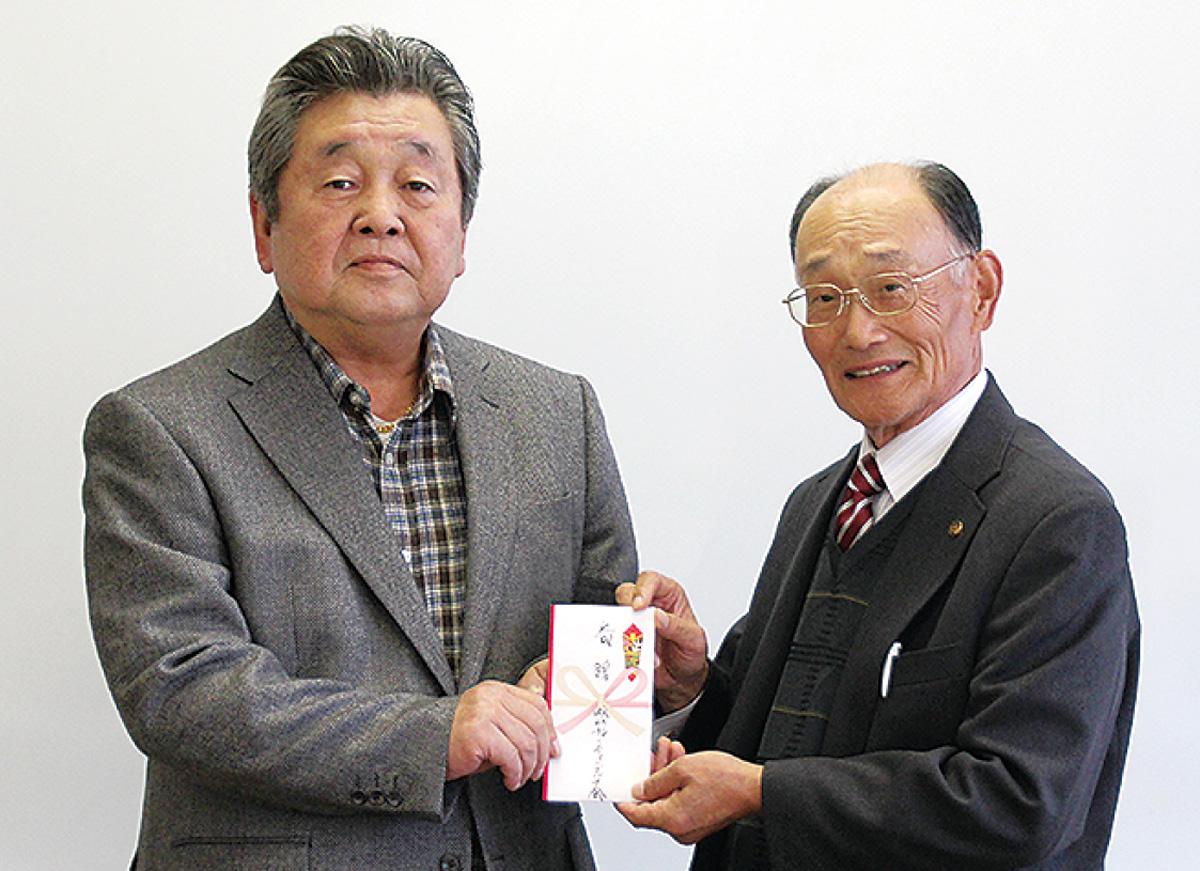 ゴルフ会の森居会長(左)と城山地区社協の熊谷会長=11月29日