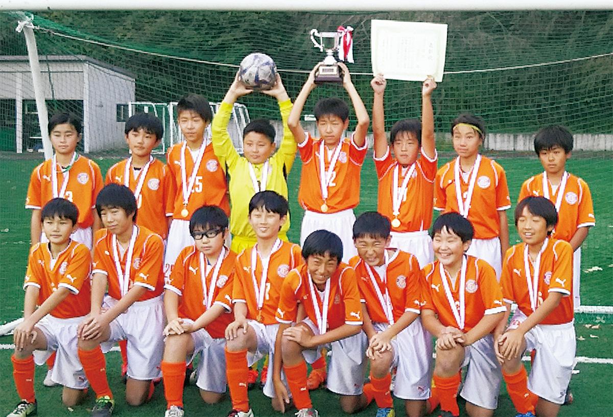 優勝した大沢FCのメンバー