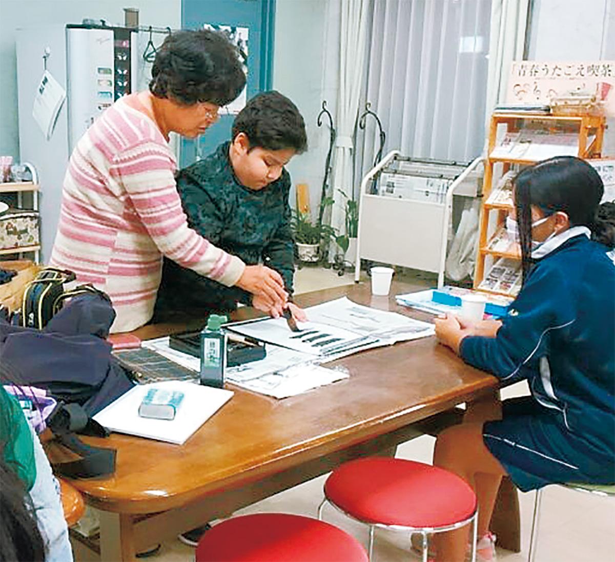 学習教室で習字を習う子ども=宍戸さん提供