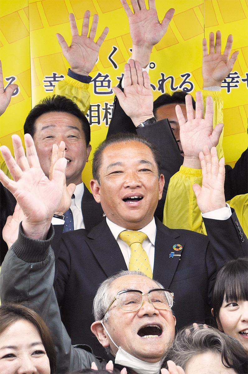 当確の報道を受け、支援者らと万歳で喜ぶ本村氏=4月7日、選挙事務所