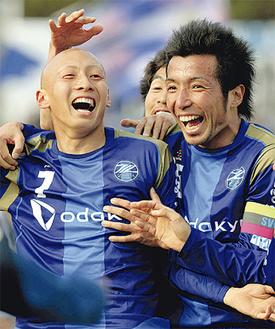今期もFC町田ゼルビアで戦うことが決まったFW勝又慶典選手(左)とMF柳崎祥兵選手。今年もこの笑顔が見たい(安孫子卓郎氏撮影)
