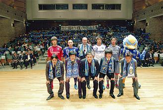 会場には大勢のサポーターらが集った。新加入の選手は前列左から、大竹隆人、ユン・ソンヨル、ドラガン・ディミッチ、三鬼海、田代真一