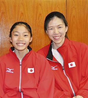 内山由綺さん(左)とお母さんで監督の玲子さん(20日・市役所で撮影)