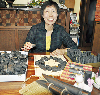 竹炭飾りカゴを作成する杣真理子さん今では仲間も増え、みんなでアイデアを出し合い素敵な飾りカゴを提供している(6/20撮影)