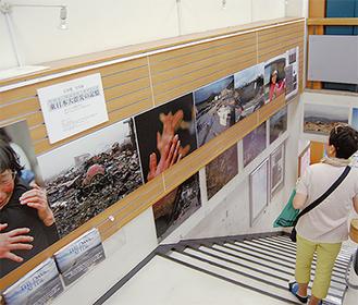 会場には12点の作品が飾られている(23日撮影)  写真集では被災直後の惨状だけでなく被災者が抱き始めたほんの小さな希望をレンズに収めた