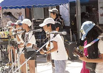 小学生も楽しんで演奏した(提供写真)