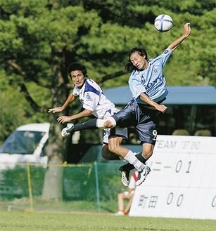 相手選手と激しく空中で競り合うDF太田康介(ZELVIA提供)