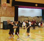 舞台横のゴールで練習を行う