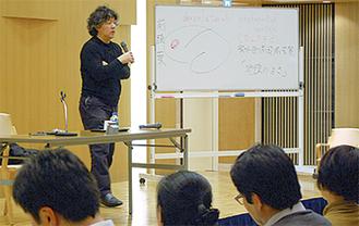 ボードを使い講演する茂木氏(8日撮影)