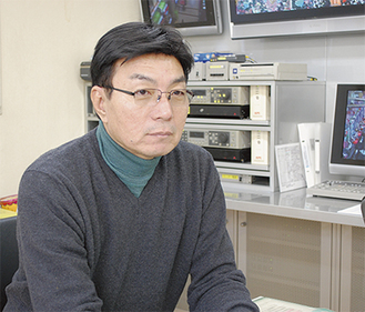 インタビューに応じる菊田組合長