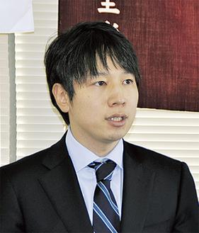 記者会見する小倉将信氏(2011年12月19日・自民党町田総支部)