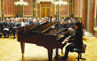 オーストリアの国会議事堂で大勢の人を前に演奏する山口友由実さん(=写真)。(提供写真)