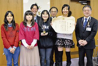 石阪市長(右)を訪問した長沼花奈、佐竹祐香、小林里沙、濱田圭子(前列左から)、塚原利廣副校長、丸山正記先生(後列左から)敬称略=13日・市長室