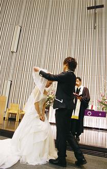新郎役の宇野沢和也さん(ビジネスマネジメント学群2年)が新婦役の豊森ちはやさん(リベラルアーツ学群2年)のベールをあげた瞬間(3月24日 取材・撮影)
