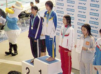 表彰台の1番高いところに立つ奈須田さん(提供写真)