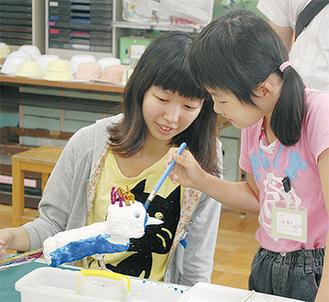 制作最終日のようす。学生と共に児童らは自由な発想で作品を作り上げた(6月30日写真撮影)