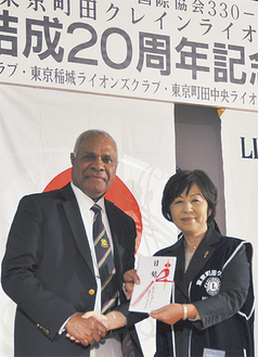 成岡圭子会長(右)と駐日パプアニューギニア大使