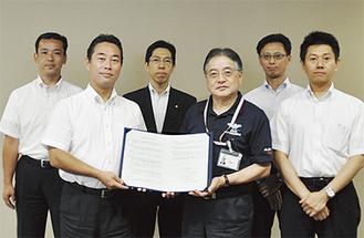 石阪丈一町田市長(右から3人目)を取り囲む各支店の代表