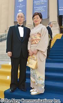 受賞会場での伊賀さん(左)と夫人