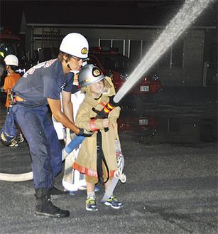防火服を着て放水訓練(8月24日撮影)