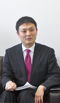 記者会見する斎藤祐善氏
