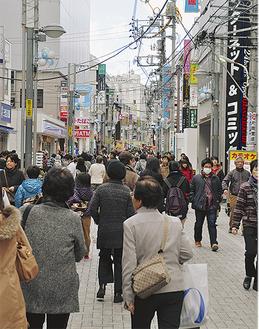 暖かい祝日には通行人でにぎわう通りも(絹の道中央通り・3月21日撮影)