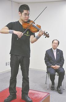 戸羽市長の前で演奏する式町水晶さん(町田市民ホール)