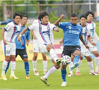 2得点の活躍を見せたFW鈴木孝司選手(写真中央/FC町田ゼルビア提供)